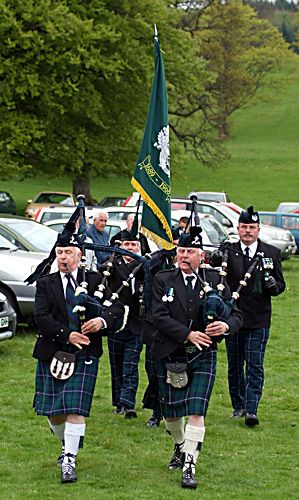 the 2006 service begins with the pipes and flag of the cameronians